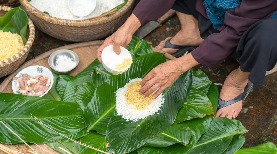 Travellers learn how to make chung cake in Vietnam.